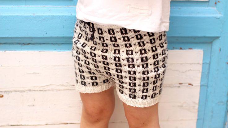 Unik strikkeshorts med norsk mønster som kan brukes sommer som vinter. Last ned mønster og strikk den selv. Design av Charlott Pettersen.