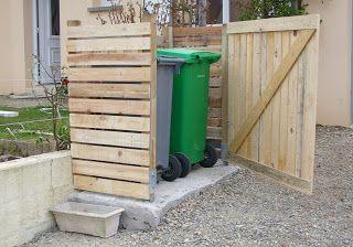 Avec quelques palettes, des clous, des vis, etc. on peut construire un cache poubelles à moindre frais.: