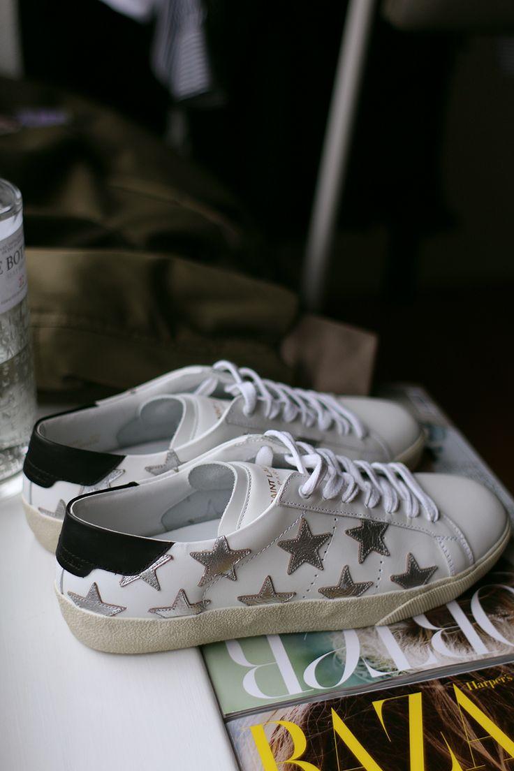 """Meine liebsten und meist getragenen Sneaker des letzten Jahres waren mit Abstand die Stan Smith Sneakers von Adidas. Ich spielte sogar mit dem Gedanken, mir ein zweites Paar zuzulegen, bis ich beiThe Corner Berlin dieses Paar im Sale entdeckte: Die """"California"""" Sneaker von Saint Laurent – auf die Hälfte reduziert. Sie sind den Stan Smith …"""