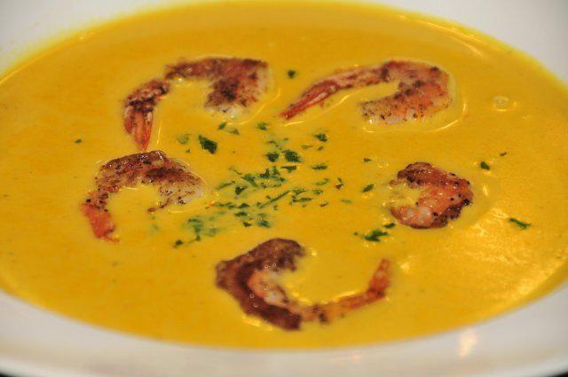 Das perfekte Papaya-Kokos-Suppe mit Garnelen-Rezept mit einfacher Schritt-für-Schritt-Anleitung: Papaya schälen und in Würfel schneiden.