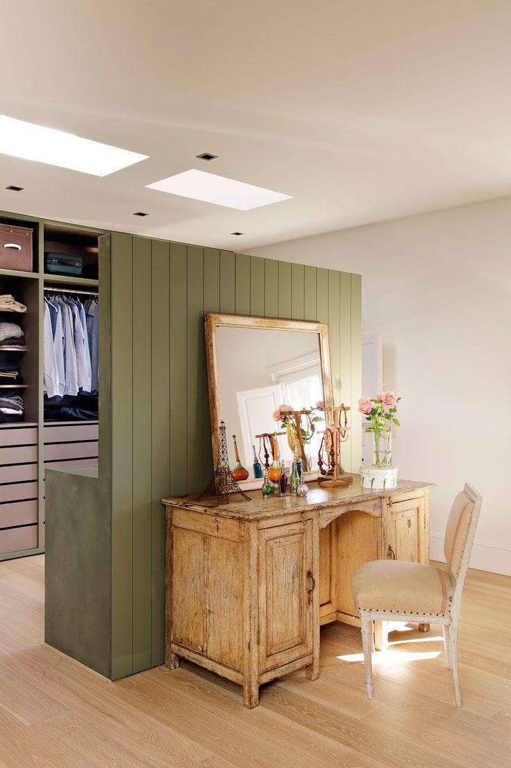 Tabique verde de madera y obra, con lavamanos detrás y tocador delante (00359565)