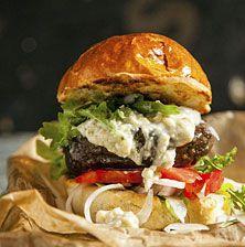 Πλούσιο, ζουμερό και λαχταριστό με υπέροχη γεύση και τόσο χορταστικό όσο δεν φαντάζεστε. Δοκιμάστε το ακόμα και με μπόλικες τηγανιτές πατάτες από δίπλα