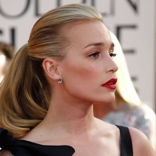 Want to know how to make a softly curled ponytail all the more sexy? Pair it with red lips, thick lashes, and a sultry pout, just like Piper Perabo did.