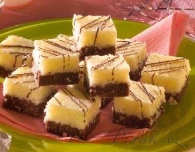 POTŘEBNÉ PŘÍSADY:  250 g sušenek (např.esíček) 3 lžíce rumu 3 lžíce mléka 1 lžíce moučkového cukru 2 lžíce kakaa 150 g Hery 100 g moučkového cukru 150 g mletého kokosu 80 g čokoládové polevy na ozdobu  POSTUP PŘÍPRAVY:   Sušenky rozdrtíme najemno.