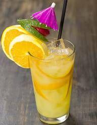Recette Cocktail au Martini blanc et tonic : Dans un verre haut rempli de glaçons, versez le Martini blanc, allongez avec du tonic. Ajoutez une rondelle de citron vert pour décorer. Servez immédiatement....
