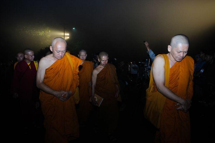 Peserta memutari pelataran candi Borobudur dalam rangkaian acara Waisak