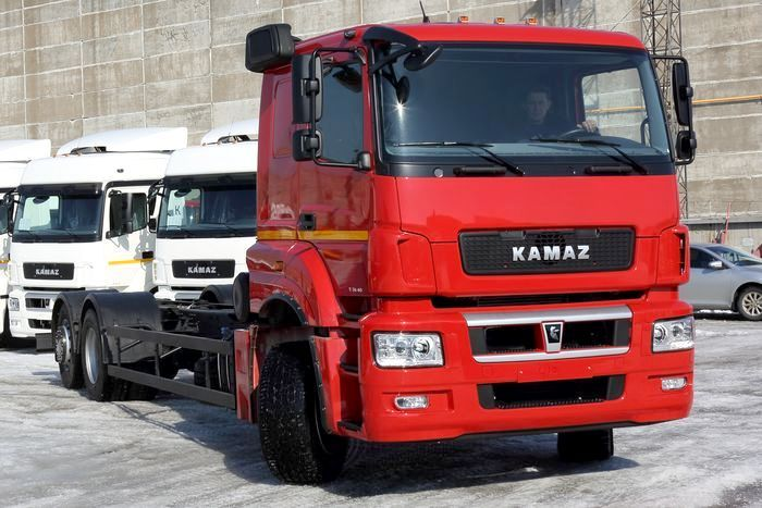 New model with a lift axle KAMAZ-65208 helps drivers save fuel and be more maneuverable in difficult urban conditions. The 6x2 axle option is very convenient, raising the rear axle helps driver to reduce expenditure. The axis can be controlled by a pneumatic drive in two modes - manual and automatic.  What do you think about the novelty from KAMAZ?