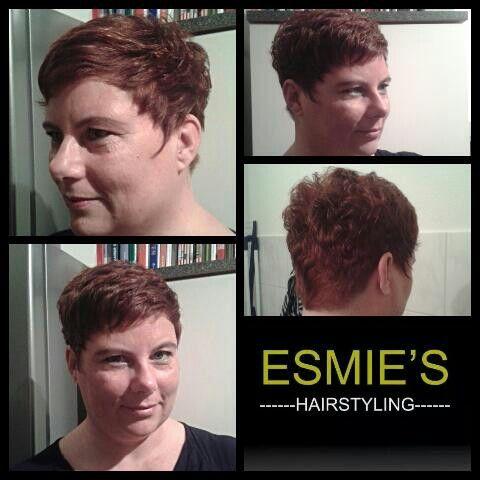 Het haar is rafelig geknipt met een korte nek en zijkanten. Een lichtend koper met fellere plukjes zorgen voor meer beweging.