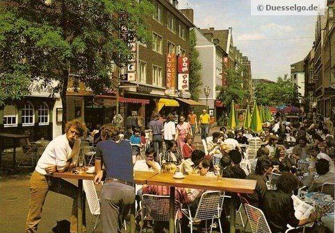 Die Bolkerstraße (Blickrichtung Heinrich-Heine-Allee) in den 90er Jahren in Düsseldorf, Altstadt