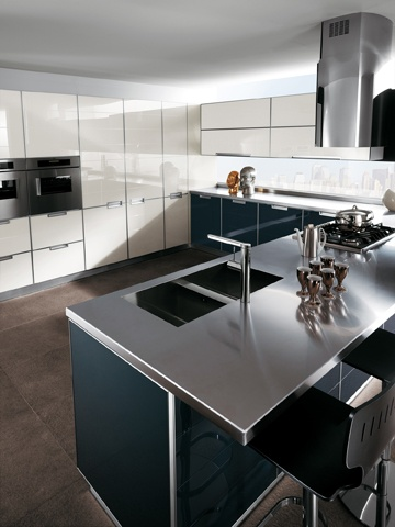 Attractive effects are created by combining contrasting colours, here Anthracite Grey and Light Grey | #Crystal | #Kitchens | #Scavolini