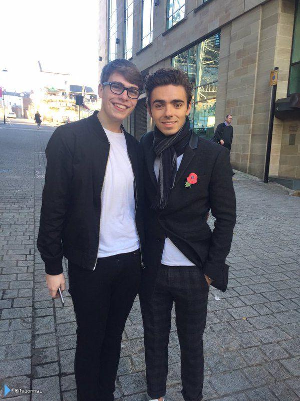 Nathan com fã (@itsjonny_) durante sua turnê em rádios na Inglaterra. (2 nov.)