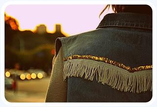 Chaleco de jean con aplique de flecos y bordados en lentejuelas.