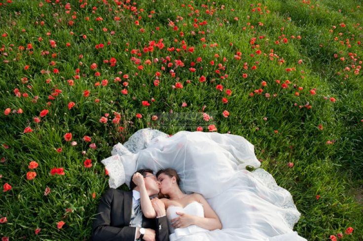 gli sposi felici si baciano ovunque e ovunque è un buon momento..  http://www.nozzemeravigliose.it/matrimonio/fotografo/caserta/white-photography/306