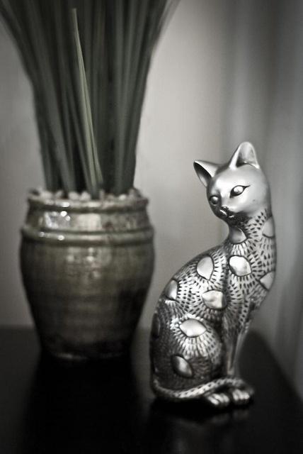 Томас Харди Кот в таблице Фигурка кошки в доме на Ки-Уэст Fl. Я полагаю, что это дань уважения к огромного количества кошек, которые проживают на острове, включая 60, которые живут в доме Эрнеста Хемингуэя
