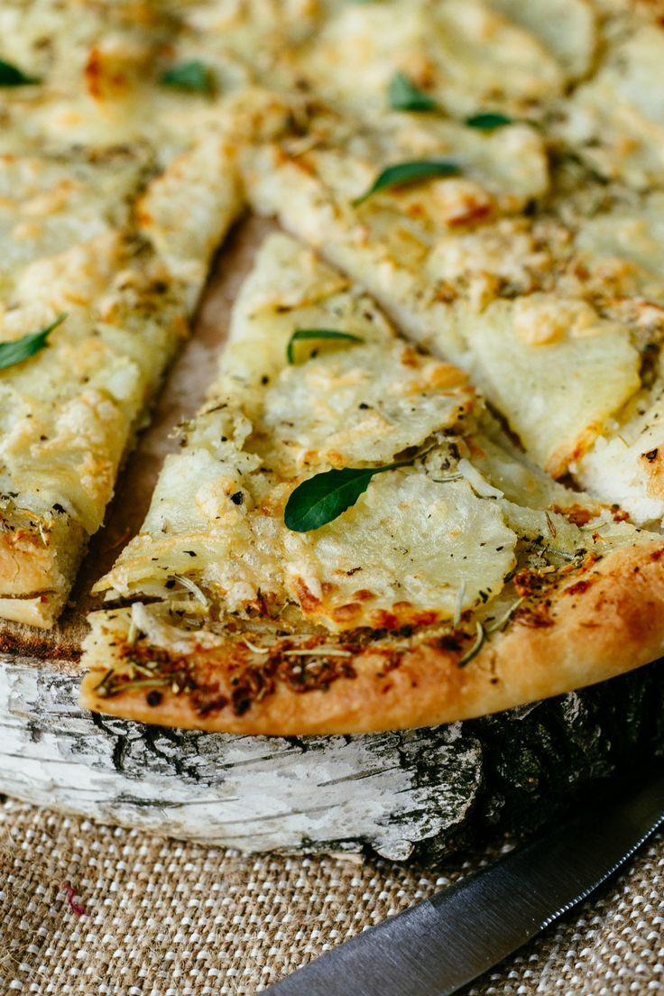 Vroeger zeiden we al dat we op een P-dieet wilden en ook vandaag de dag zijn we nog steeds verzot op het heilige trio: patat, pasta en pizza, kom maar door! Vooral die laatste blijft een winner enzeker als je 'm topt met geitenkaas. Op zoek naar een goed recept voor pizzadeeg? Kijk dan hier. …