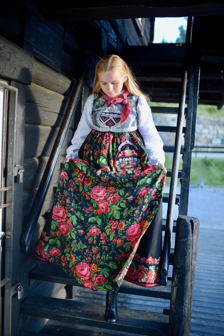 Sigdalsbunad, a traditional folk costume from Norway from the valley of Sigdal in Buskerud. It's similar to the costume from Hallingdal; Hallingbunad. She's also wearing gorgeous black leather boots 'bunadssko' from Klaveness. See more photos of this costume by clicking the link. :)