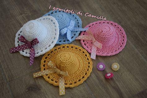 I mini cappellini a uncinetto sono perfetti per adornare i sacchettini bomboniera nelle occasioni speciali. Clicca sulla foto per le spiegazioni.