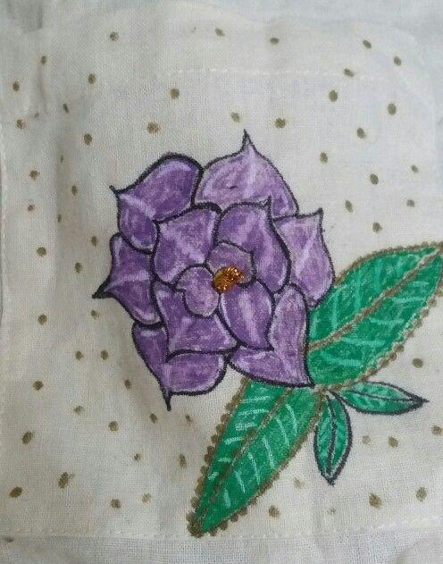 Flor pintada a mano en polera de lino