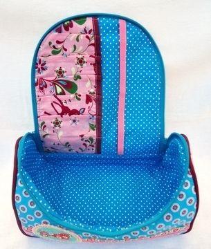In dieses Kosmetikköfferchen passt eine Menge an Kosmetikartikel heinein. In der Klappe können verschiedene Schminkstifte, wie Kajal, Lippenkontur und Mascara, oder auch Häkelzeugs, Nähezeugs und Spielzeugs untergebracht werden.