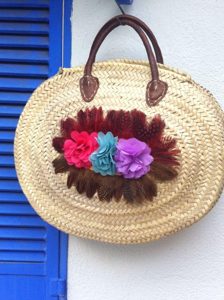 Capazo redondo con plumas y flores