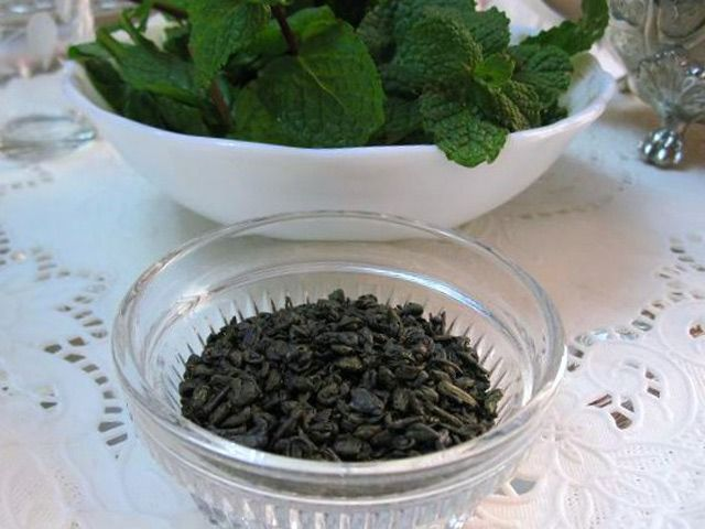 Traditional Moroccan Mint Tea Step-by-Step: Green Gunpowder Tea and Mint