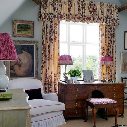 Large lamps give a sense of pleasing & comfortable Gravitas to a Main Bedroom Seating Area.