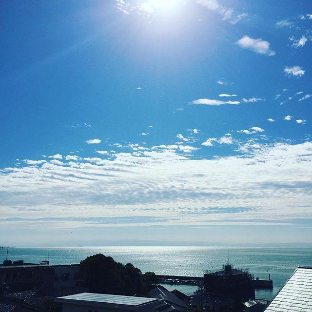 【hale_hoola】さんのInstagramをピンしています。 《今日のヨガルームからの景色。 海のキラキラを自分の身体にとりこむ✨😌✨ #ハレホオラ #halehoola #morning #イマソラ #空 #神戸 #塩屋 #sea #海》