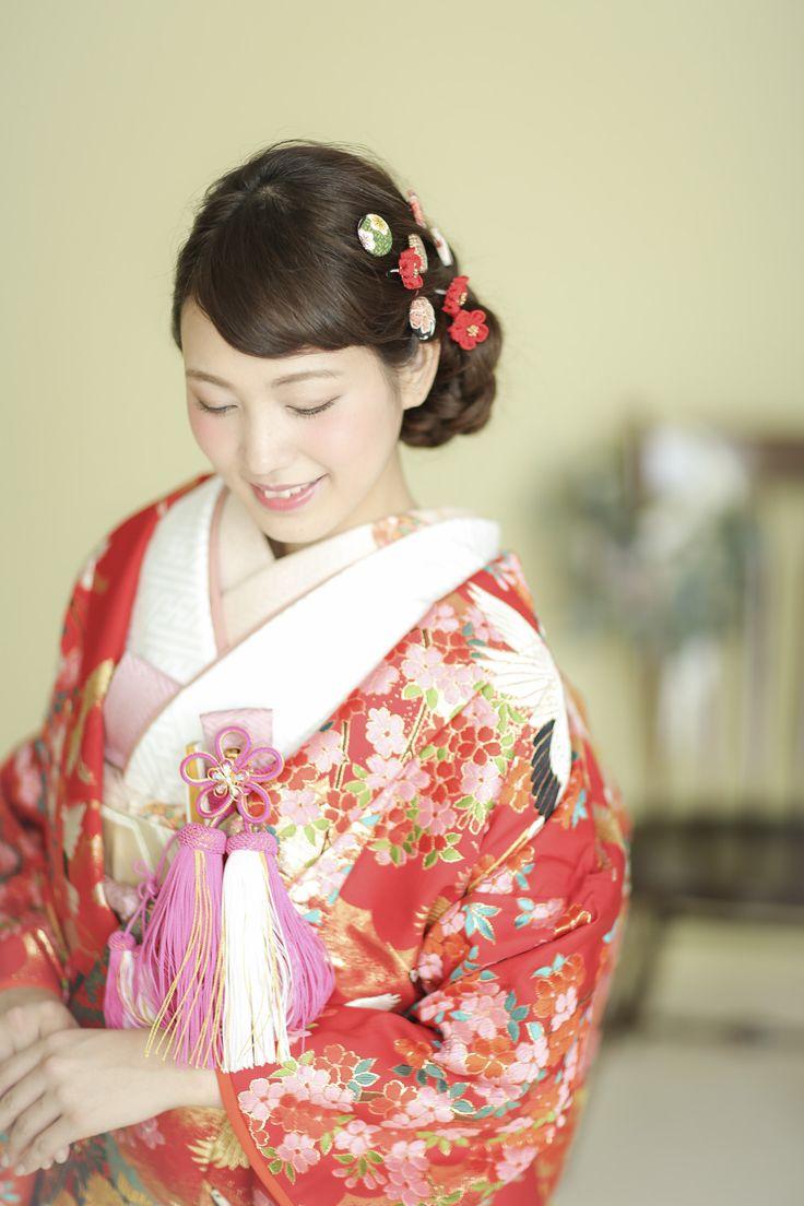 晴れ着にぴったりの赤を基調に、鶴が羽を広げて羽ばたく様子や、桜の花が咲き誇る様子を金を使ってあしらった、風情ある華やかな色打掛です。延命長寿の象徴とされ、その品格溢れる美しい姿から、吉祥文様として婚礼衣装に多く用いられるようになった鶴は、花嫁様の魅力を一層引き立たせてくれるでしょう。 きれい/ポップ/かわいい 鶴/桜文をあしらった色打掛 四季花鶴 赤/ピンク 白無垢・色打掛をはじめとした結婚式の花嫁衣装を、格安でレンタルできる結婚式着物レンタル専門店【THE KIMONO SHOP−ザ・キモノショップ】古典的な着物や引振袖・紋付袴など婚礼衣装を幅広く取り揃えております【新宿・東京・大阪・福岡】