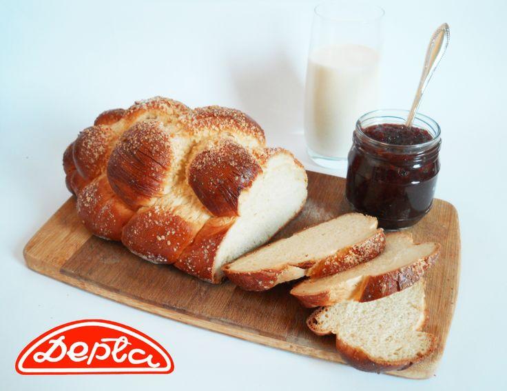 Pyszna, posypana kruszonką chałka z Piekarnia Depta i domowe konfitury to nasza propozycja na niedzielne śniadanie.