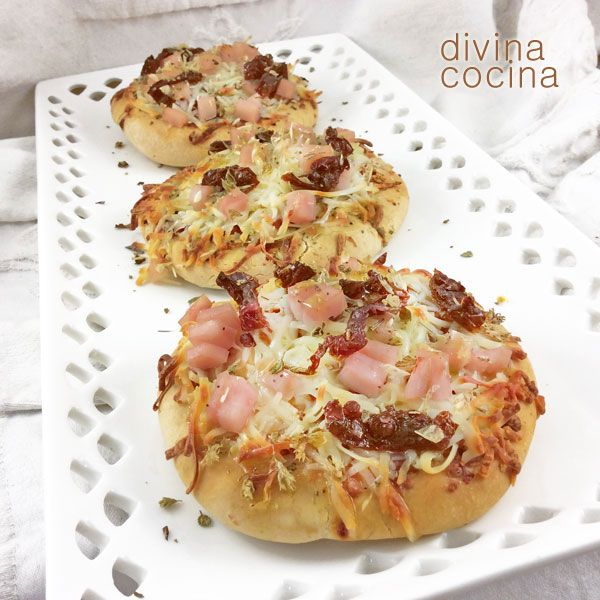 Estas pizzetas rápidas son una propuesta perfecta para invitados y reuniones, o para cenas informales. Puedes combinar los ingredientes a tu gusto entre todos los que más te gusten para hacer pizzas.
