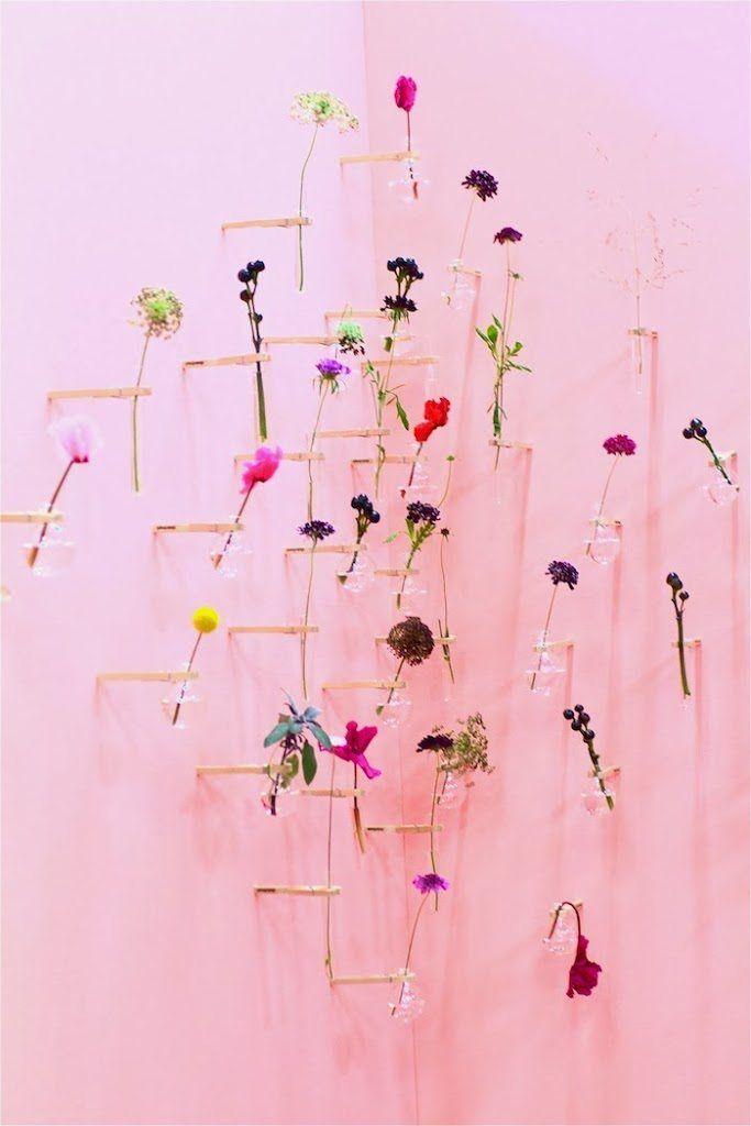 Verliefd was ik op deze mooie bloemenwand op Flavourites Live. En wat een prachtige bloemen zaten er ook in de vaasjes. Glazen vaasjes vastgemaakt met een s
