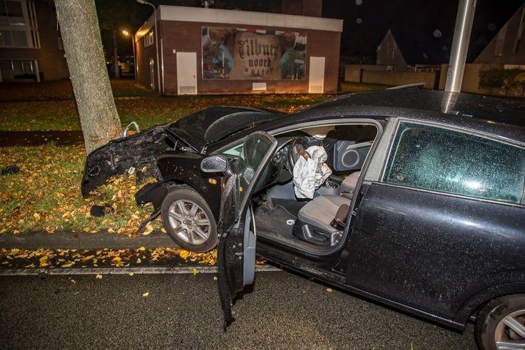 Auto ramt boom op kruising in Tilburg - boom, Stokhasseltlaan, Tilburg, Vlashoflaan - http://wp.me/p8nLn8-bzp