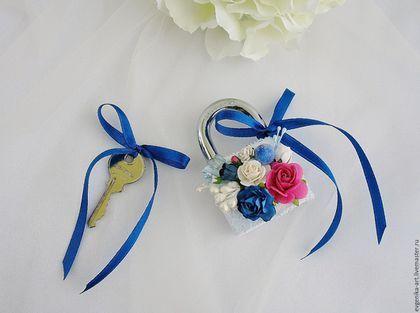 Купить или заказать Свадебный замочек 'Малика' в интернет-магазине на Ярмарке Мастеров. Цветочный замочек для свадьбы в цветах фуксии и глубоком синем цвете. Станет красивым акцентом вашего торжества. Возможно выполнить в любом цвете и декоре.