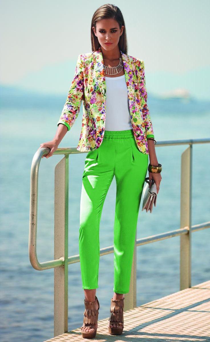 Skinny: Los pantalones cortos y de cintura más alta se impusieron en el verano. Betty Barclay muestra una combinación con una chaqueta de flores.