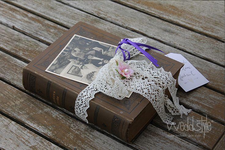 Statt Ringkissen: Antikes Buch mit Vintage Spitze für die Ringe #weddstyle