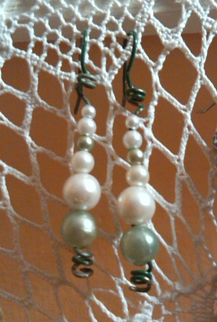 """Recupero: perline e filo da giardinaggio. Il filo da giardinaggio che ho usato è del tipo """"forte"""" questo fa si che sia rigido. Mi piace il contrasto del filo con la """"delicatezza"""" delle perle... ovviamente finte! :)"""