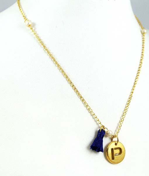 c8924a28aa40 El collar consta de una cadena con su dije en forma redonda y chapeado de la