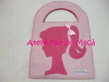 Bolsa em feltro duplo, formato quadrado, com o tema Barbie. Um presente gracioso para sua menina, uma bela lembrancinha de aniversário.