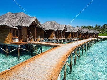 Caminho a pé de madeira para os chalés sobre mar — Imagem de Stock #19580607