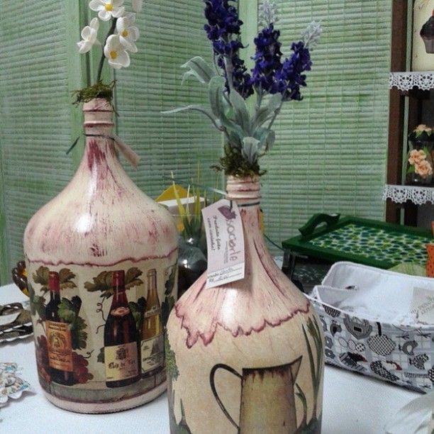 By @carladeganello ! #garrafão #garrafas #garrafadecorada #decoupage #artdecor #artesanato #handmade #craft #decoração #guardanapo #arte #instaarte #Amoartes #caseirices #lardocelar #sweet #homedecor
