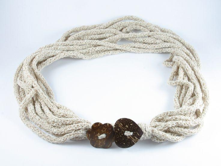 collana con bottoni in cocco di Un Cesto di Gomitoli su DaWanda.com