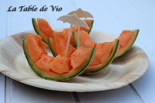 La table de Vio utilise nos assiettes jetables bio et nos piques en bambou pour la décoration d'assiettes.
