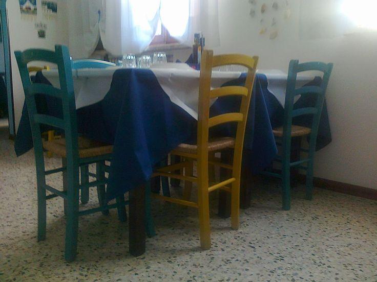 www.mobilificiomaieron.it -  https://www.facebook.com/pages/Arredamenti-Pub-Pizzerie-Ristoranti-Maieron/263620513820232 - 0433775330. Allestimento Ristorante Greco Taverna Mykonos a Modena. Tavoli e sedie in colori misti Tutto Produzione Mobilificio maieron arredo pub, bar ristoranti e pizzerie