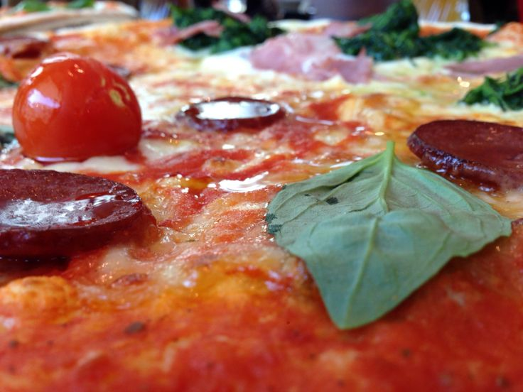 "L'Osteria Hamburg (03/2014)      ""Salsiccia Piccante"" - scharfe Peperoni-Salami, Mozzarella, Kirschtomate, Basilikum"