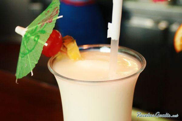 Aprende a preparar piña colada con esta rica y fácil receta.  La piña colada es uno de los cócteles más famosos en todos los bares del mundo. Es una bebida a base de...