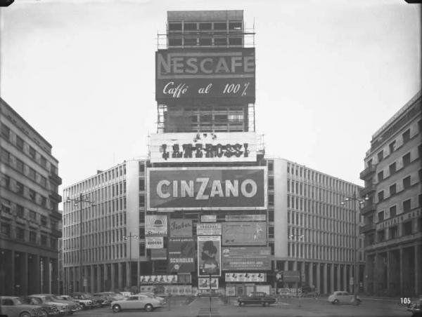 https://flic.kr/p/9dZ32w | Piazza Diaz nel 1956, il grattacielo Martini in costruzione #Milan
