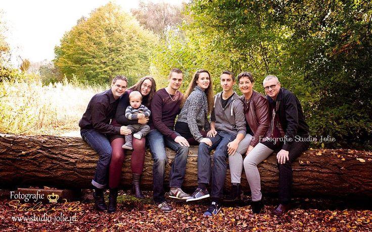 Familiefotografie in het bos, buiten op locatie, familiefotoshoot, boomstam