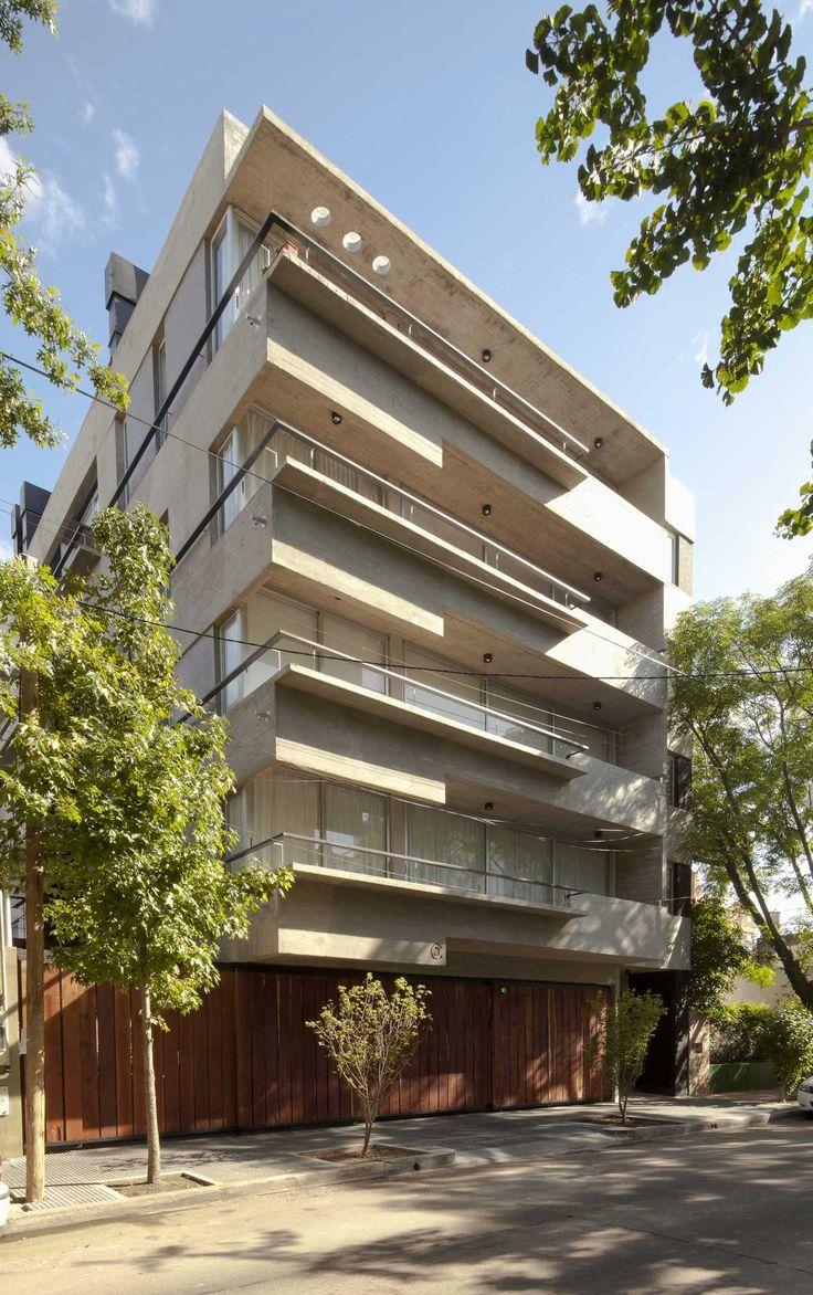 Mención |Bienal 2014 Colegio de Arquitectos de la Provincia de Buenos Aires | Categoría Vivienda Multifamiliar  En un terreno de doble frente en La Lucila se implanta un volumen de hormigón que a través de un retiro lateral de cuatro metros permite desarrollar 4 unidades por planta en los primeros tres pisos y 6 …