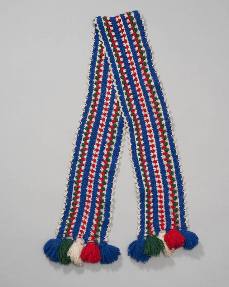 Dit soort dasjes zijn na 1940 in de mode gekomen bij de vrouwen op Marken. Ze zijn in verschillende technieken gemaakt. Deze is gehaakt. 1940-1970 #NoordHolland #Marken