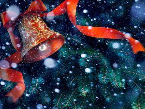 Campana de Navidad con un hermoso moño rojo y copos de nieve